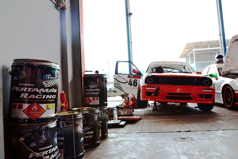 BMW E30 in Pit ABM Motorsport